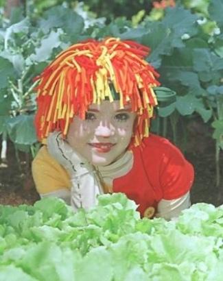 2001 - A segunda versão do Sítio na Rede Globo teve Isabelle Drummond, uma criança, no papel de Emília. A série ganhou efeitos especiais como animações