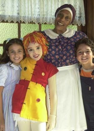 Narizinho (Caroline Molinari), Emília (Isabelle Drummond), Tia Nastácia (Dhu Moraes) e Pedrinho (João Vitor Silva) no elenco da segunda versão do Sítio do Picapau Amarelo para a Rede Globo (2003)