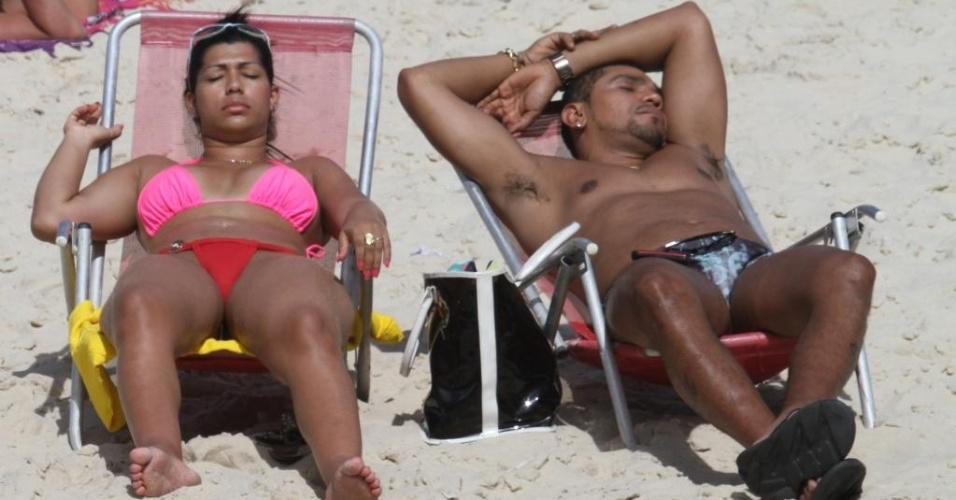 A dançarina de funk Ellen Cardoso, a Mulher Moranguinho, curtiu a praia da Barra da Tijuca (RJ) ao lado do seu noivo, o MC Naldo na tarde desta quinta-feira (19/4/12)
