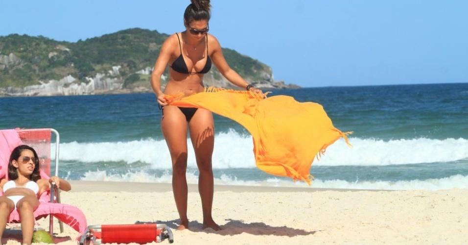 """A repórter do programa """"Domingão do Faustão"""", Talitha Morete, aproveitou o sol para curtir a praia da Barra da Tijuca com as amigas nesta quinta-feira (19/4/12)"""