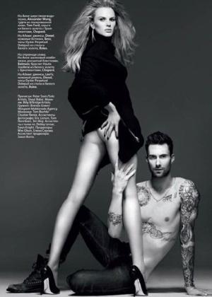 """Adam Levine e Anne Vyalistsyna (também conhecida como Anne V), um dos casais mais badalados da atualidade, fizeram um ensaio bastante sexy para a revista """"Vogue"""" russa de novembro de 2011. O vocalista da banda Maroon 5 e a modelo, que é parte do casting da Victoria's Secret, exibem seus corpos perfeitos e quase não se nota um erro de edição em uma das fotos que sumiu com a metade do tronco de Adam."""