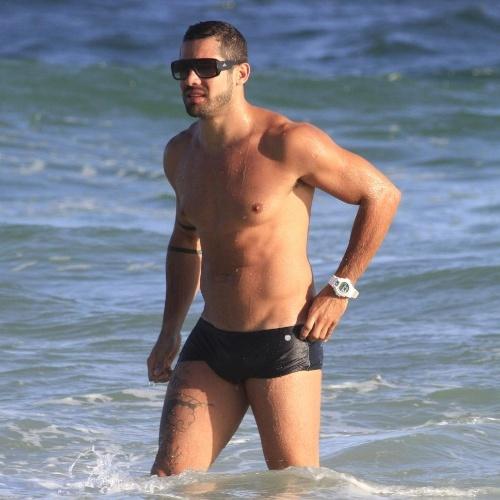 Após o término de seu namoro com Laisa, o ex-BBB Yuri posou para um ensaio fotográfico nesta sexta-feira (20/4/12), na praia do Pepe, na Barra da Tijuca (RJ). Yuri ainda teve tempo para atender aos fãs curtir o mar