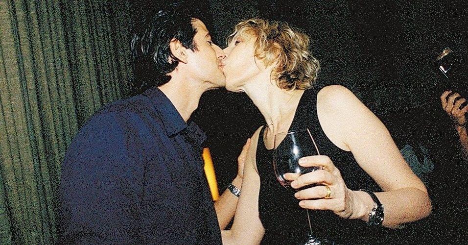 """A jornalista e cantora Marília Gabriela beija o ator Reynaldo Gianecchini no lançamento do seu CD, """"Perdida de Amor"""", em São Paulo (26/2/03)"""