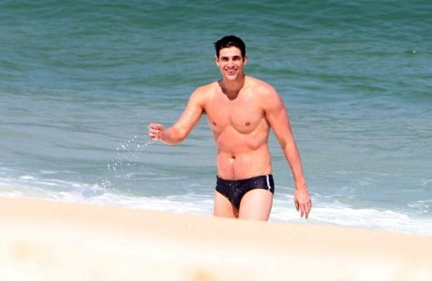 Reynaldo Gianecchini deixa o mar da praia da Barra da Tijuca, zona oeste do Rio (3/9/10)