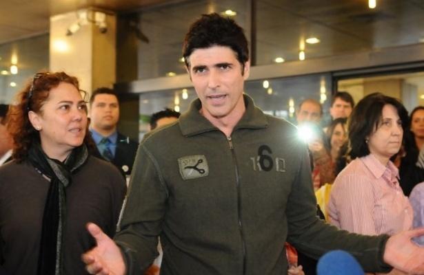 O ator Reynaldo Gianecchini conversa com a imprensa ao receber alta do hospital Sírio-Libanês, em São Paulo. O ator esteve internado por 26 dias para o tratamento de um linfoma do tipo não-Hodgkin de células T (26/8/11)