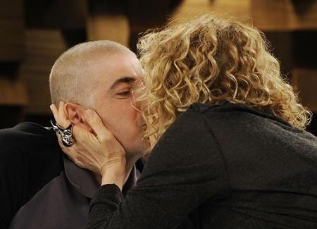 """O ator Reynaldo Gianecchini deu um beijo na boca e disse à apresentadora Marília Gabriela, sua ex-mulher, que a amava no fim de uma entrevista para o programa """"Marília Gabriela Entrevista"""", no canal GNT."""