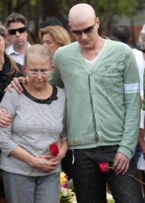 O pai do ator Reynaldo Gianecchini, Reynaldo Cisoto Gianecchini, é enterrado no cemitério Bom Pastor, em Ribeirão Preto (SP). Ele fazia tratamento contra um câncer e estava internado no Hospital São Lucas. O ator, que também está enfrentando um câncer, compareceu ao enterro ao lado de sua mãe (17/10/11)