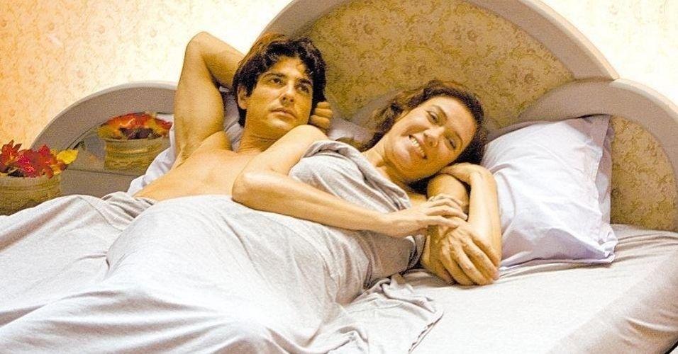 """Os atores Reynaldo Gianecchini e Lilia Cabral em cena de """"O Divã"""", filme dirigido por José Alvarenga; foi a primeira vez que Lilia Cabral gravou nua"""