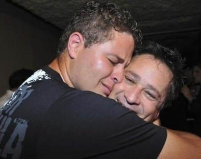 Cantor Pedro se emociona em show e abraça o pai Leonardo