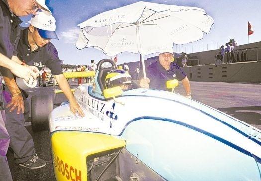 Em 1999, passou para a Fórmula Chevrolet, na qual venceu o campeonato no mesmo ano, obtendo o seu primeiro título como piloto profissional.