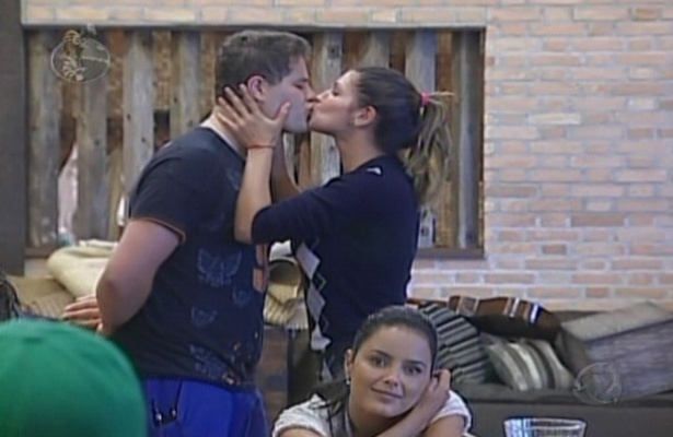 Em uma prova do dia, onde os fazendeiros deveriam passar cantadas, Dani Souza, atualmente mulher do jogador de futebol Dentinho, dá um selinho em Pedro Leonardo (12/6/09)