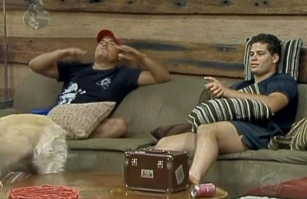 """No reality """"A Fazenda"""", Carlinhos confessa a Pedro que todas as pessoas que ele gostaria que ficassem já saíram e que para ele o jogo já ultrapassou o limite, deu o que tinha que dar (9/8/09)"""