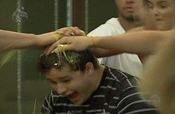 """No reality """"A Fazenda"""", Pedro faz aniversário e ganha """"ovada"""" dos outros participantes (30/6/09)"""