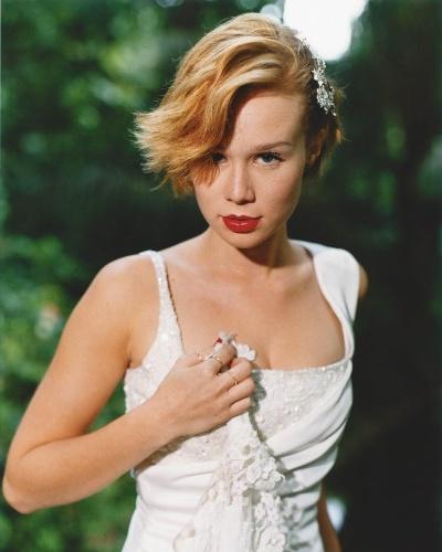 A atriz Mariana Ximenes faz ensaio fotográfico usando vestido de noiva no Rio de Janeiro (23/5/04)