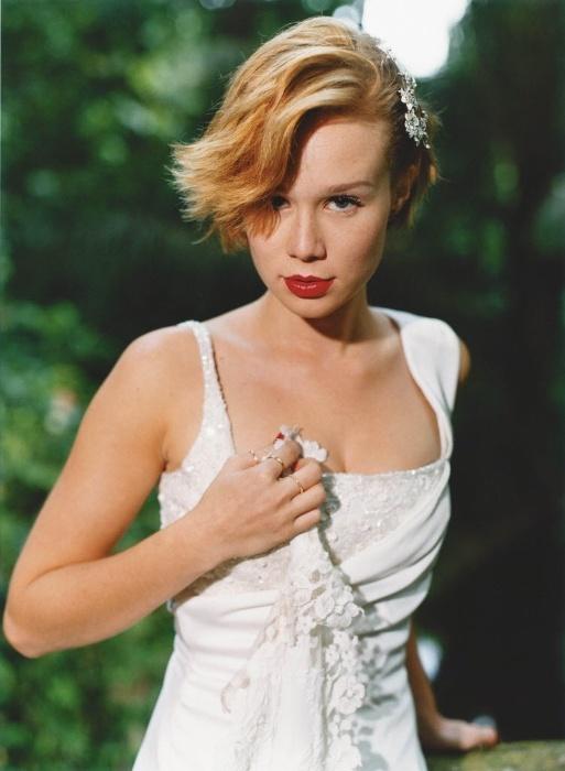 23.mai.2004 - A atriz Mariana Ximenes faz ensaio fotográfico usando vestido de noiva no Rio de Janeiro