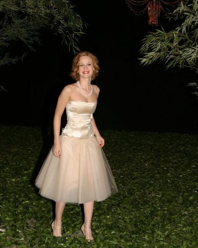 A atriz Mariana Ximenes é clicada na cerimônia de casamento dos apresentadores Angélica e Luciano Huck,  na Marina da Glória (31/12/04)