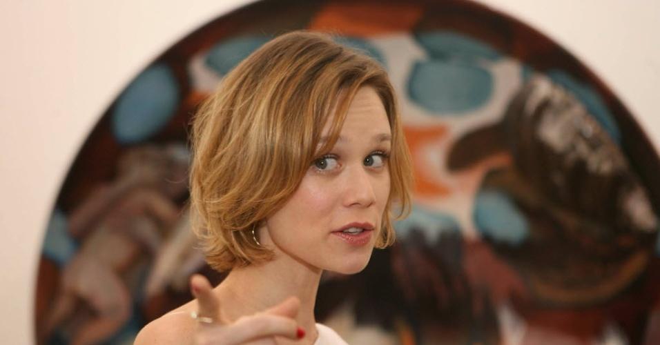 16.nov.2009 - A atriz Mariana Ximenes participa de inauguração de uma exposição na Vila Madalena, em São Paulo