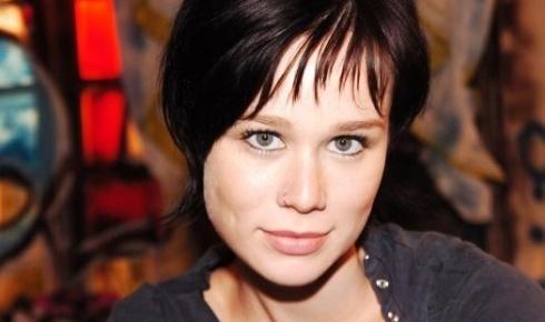 """2006 - De cabelos curtos e escuros, Mariana Ximenes interpretou a personagem Raissa, na novela """"América"""""""