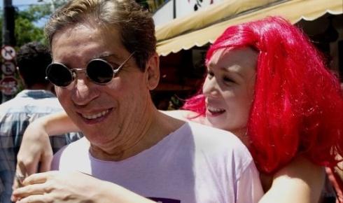 2.mar.2006 - De peruca rosa, Mariana Ximenes pula o Carnaval ao lado do diretor Domingos de Oliveira