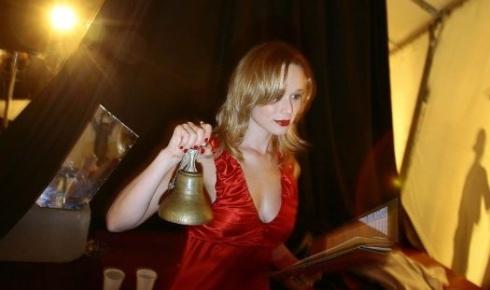 """14.out.2007 - Mariana Ximenes ensaia na coxia, minutos antes de encenar a peça """"A Deliciosa Boca do Inferno"""", de Lauro César Muniz, em São Paulo"""
