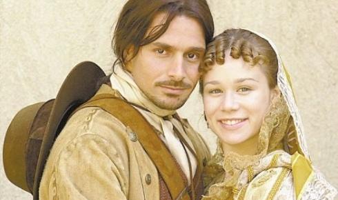 """8.jul.2001 - Mariana Ximenes grava cena ao lado de Murilo Rosa, seu par romântico na novela """"A Padroeira"""", da TV Globo"""