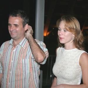 4.dez.2006 - Mariana Ximenes vai ao show da cantora Maria Bethânia, no Rio de Janeiro, ao lado do marido, o produtor de cinema Pedro Buarque. Os dois foram casados por oito anos e se separaram em agosto de 2009