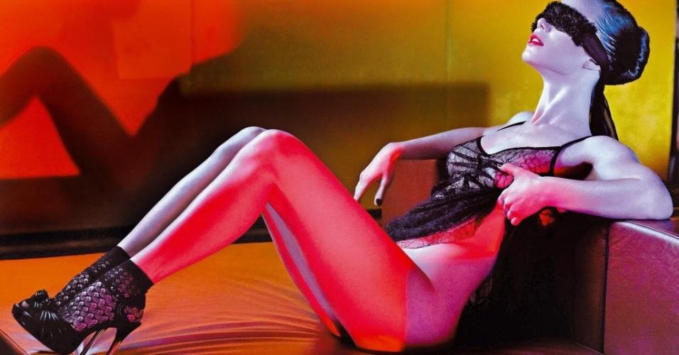 """Nua e vendada, a atriz Mariana Ximenes faz ensaio para a revista """"Joyce Pascovitch"""" em edição de setembro de 2010"""