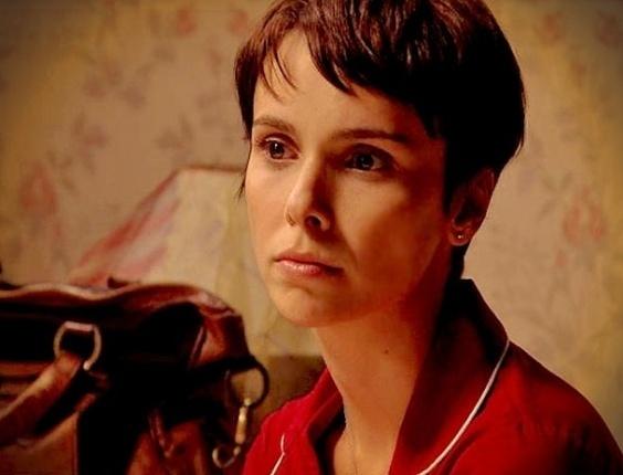 Depois de ser avisada por Jorginho (Cauã Reymond) que seria interrogada pelo policial amigo da família, Nina (Débora Falabella) se prepara e não é pega de surpresa.
