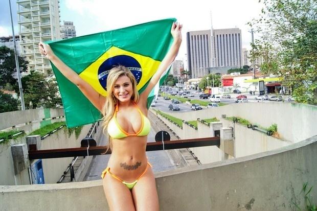 Eleita a Gata da Indy 2012, Andressa Urach, mais conhecida por ser por ser a dançarina de Latino, comemorou a vitória do concurso fazendo um ensaio de biquíni no Complexo Viário Ayrton Senna nesta sexta-feira em São Paulo (4/5/12).