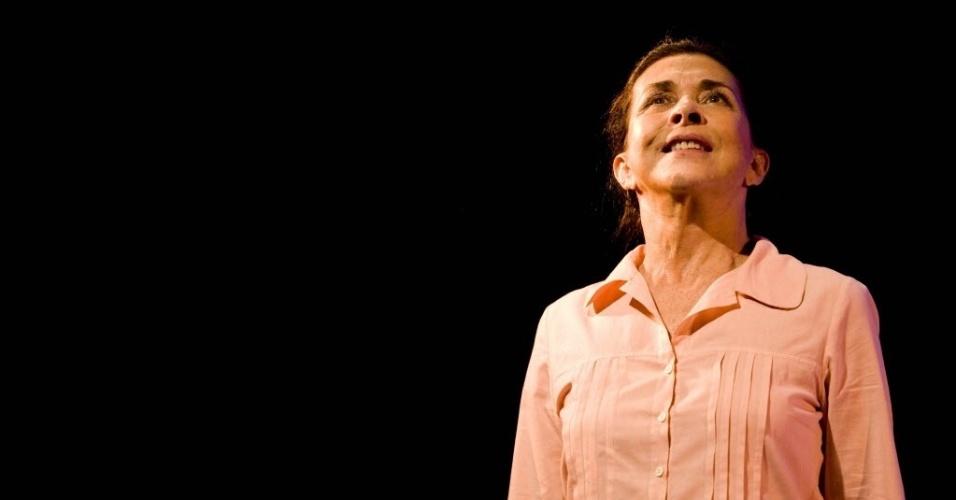 """15.abr.2009 - A atriz Betty Faria durante o  monólogo """"Shirley Valentine"""" no Centro Cultural Banco do Brasil, em São Paulo"""