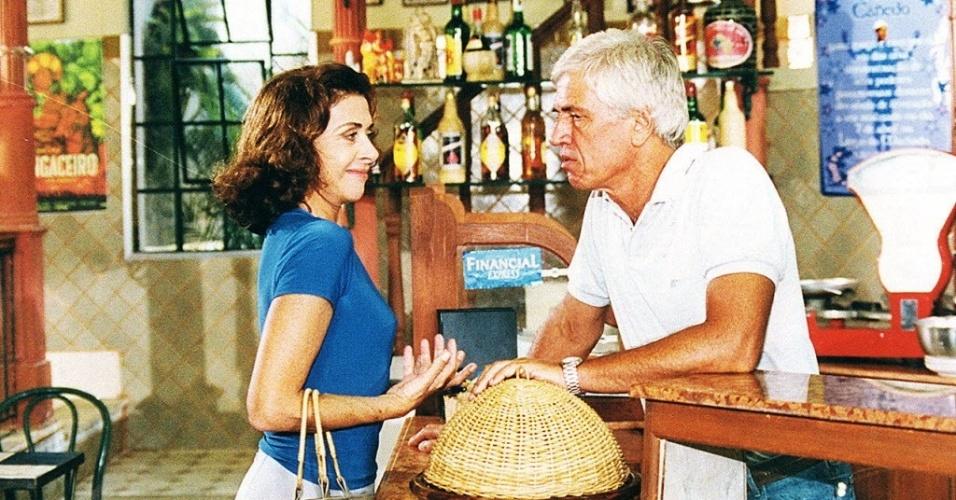 """1999 - Betty Faria e Nuno Leal Maia em cena da novela """"Suave Veneno"""", exibida pela Globo"""