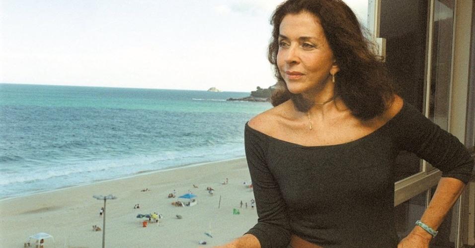 3.jun.2002 - Betty Faria posa na janela de sua casa no Rio de Janeiro