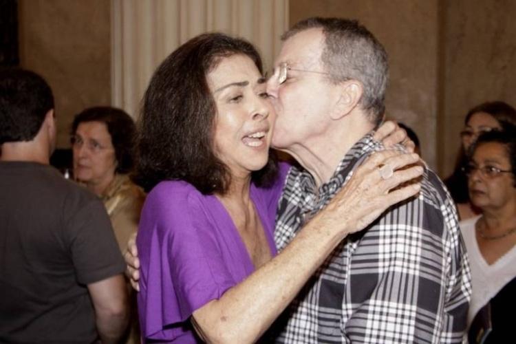 17.mar.2011 - O diretor Daniel Filho beija a atriz Betty Faria. Os dois já foram casados e tiveram um filho, João de Faria Daniel