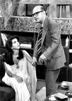 """1975 - Os atores Betty Faria e Lima Duarte em cena da novela """"Pecado Capital"""""""