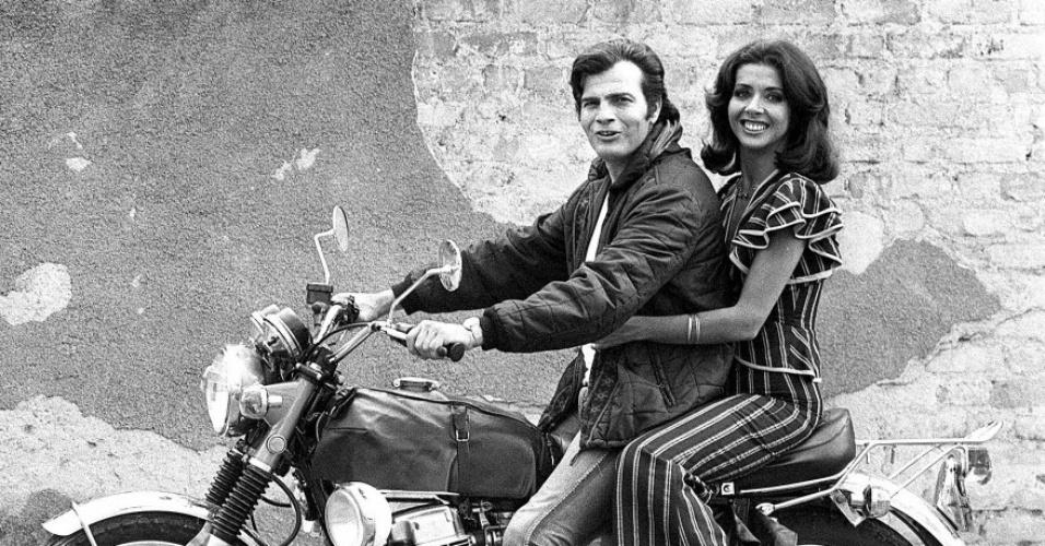 """1973 - Os atores Tarcísio Meira e Betty Faria em cena da novela """"Cavalo de Aço"""". Na trama, Betty deu vida ao papel de Joana"""
