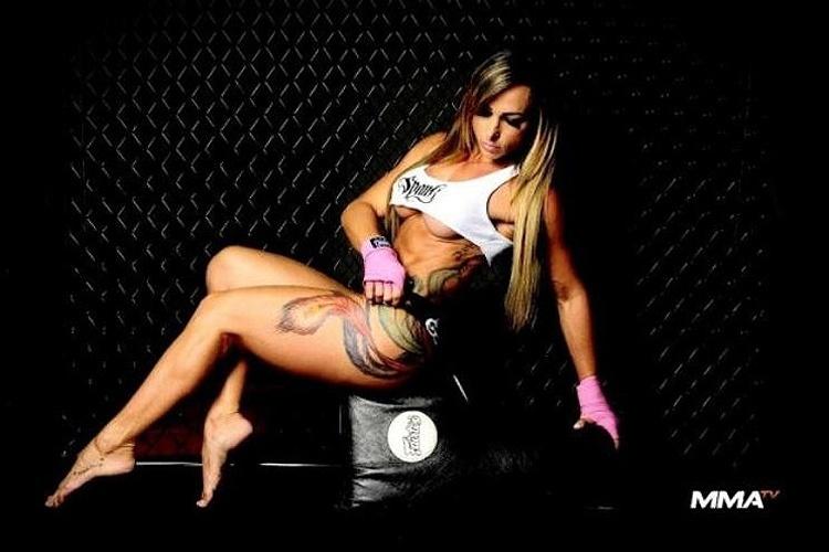 """Geisa Vitorino, ring girl e musa oficial do """"Jungle Fight"""", mostrou seu lado sensual em um ensaio fotográfico para o site da """"MMA TV"""". A gata postou algumas imagens em seu perfil no Facebook, nesta quarta-feira (9/5/12). O """"Jungle Fight"""" foi criado em Manaus, na Amazônia, e é considerado um dos maiores eventos de luta do Brasil."""