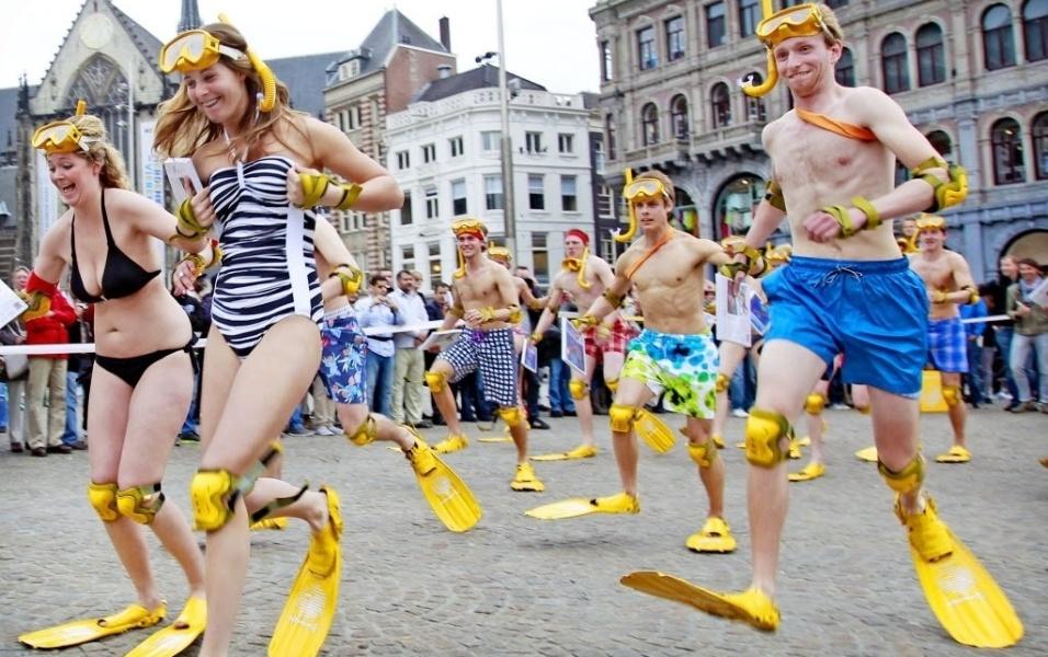 Holandeses participaram nesta quarta-feira (9/5/12) de uma corrida usando pés-de-pato. O divertido evento aconteceu na praça Dam, em Amsterdã