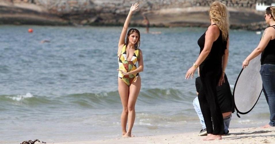 A atriz Tammy Di Calafiori faz ensaio na praia de Copacabana, no Rio (11/5/12). A bela é a nova apresentadora do canal Fox Sports Brasil