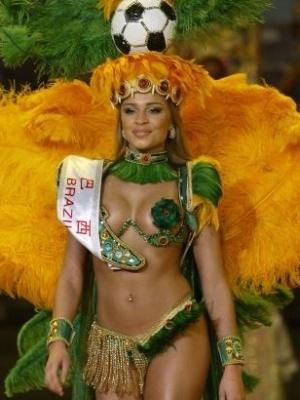 Após ficar em 3º lugar no Miss Brasil, Grazi conquistou o título de Miss Beleza Internacional, em 2004. Antes desse concurso, a loira colocou silicone nos seios