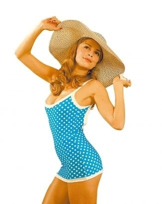 """Com maiô inspirado na moda da década de 1930, a atriz Grazi Massafera aparece na novela """"Desejo Proibido"""" (2008), da Rede Globo; sua personagem Florinda sonhava em se tornar estrela de Hollywood e armou uma sessão de fotos com trajes de banho e roupas de gala"""
