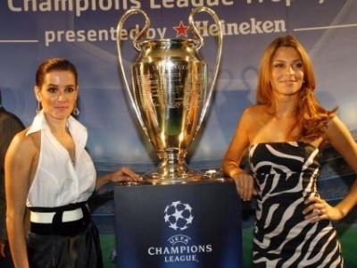 Deborah Secco foi a convidada especial da festa do Troféu dos Campeões da UEFA e Grazi Massafera foi mestre de cerimônias do evento realizado no Rio de Janeiro (22/2/08)
