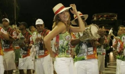 Grazi faz charme quando coloca o chapéu de palha no ensaio da Grande Rio (16/12/08)
