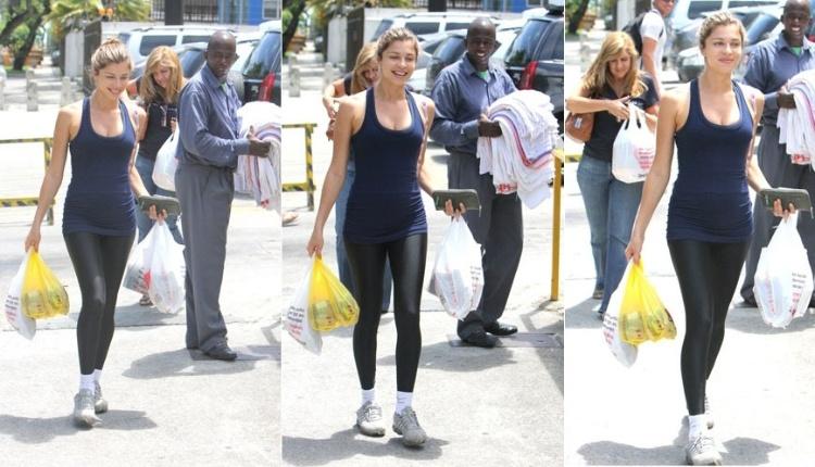 Grazi Massafera é clicada deixando um supermercado após sair da academia na Barra da Tijuca, zona oeste do Rio de Janeiro (23/11/11)
