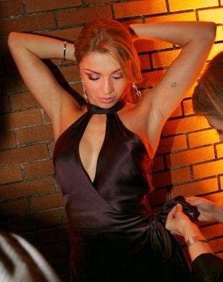 """Grazi recebe os últimos retoques no visual antes da festa de 30 anos da revista """"Playboy"""" (ago/2005)"""