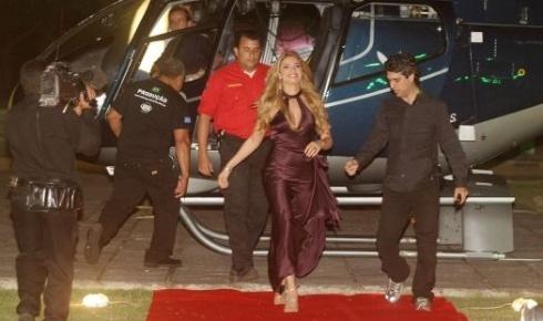 """razi Massafera chega de helicóptero para a festa de 30 anos da """"Playboy"""" (ago/2005)"""