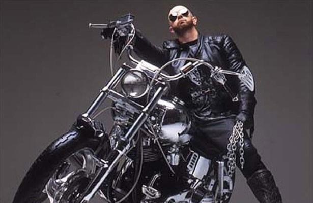 Rob Halford, vocalista da banda de heavy metal Judas Priest, assumiu ser homossexual em 1998
