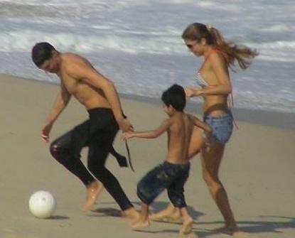 Os namorados Grazi Massafera e Cauã Reymond jogam bola na praia (RJ) com Alexandre, irmão caçula da atriz, que na época tinha seis anos (3/7/07)