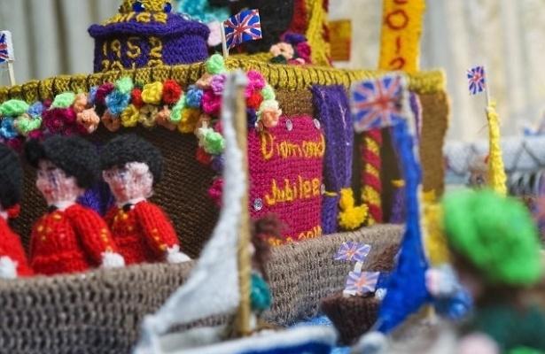 Para comemorar o Jubileu de Diamante da rainha Elzabeth II, a inglesa Sheila Carter (75) passou mais de 500 horas tricotando pequenos bonecos e um cenário que reúne Família Real e pessoas ao redor de uma miniatura do rio Tâmisa.