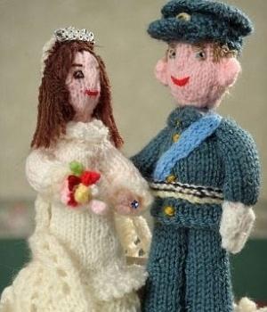 Para comemorar o Jubileu de Diamante da rainha Elzabeth II, a inglesa Sheila Carter (75) passou mais de 500 horas tricotando pequenos bonecos e um cenário que reúne Família Real e pessoas ao redor de uma miniatura do rio Tâmisa. Para o casamento do príncipe William e Kate, Carter criou um bolo feito de lã com miniatura dos noivos no topo.