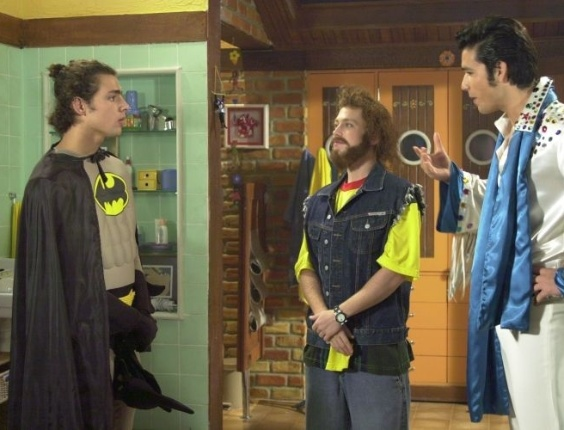 """Cauã Reymond se vestiu de Batman para a gravação de uma cena de """"Malhação"""" (2003). Na foto, Cauã Reymond (esq.), Sérgio Hondjakoff (ao centro), e Sérgio Marone (dir.)"""